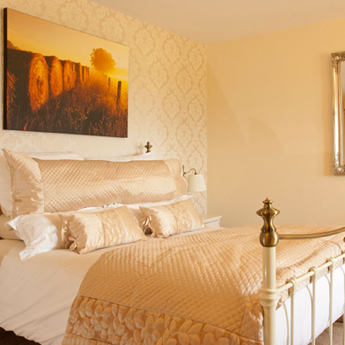 13 ensuite bedrooms including the 'Mayfield View' four-poster room